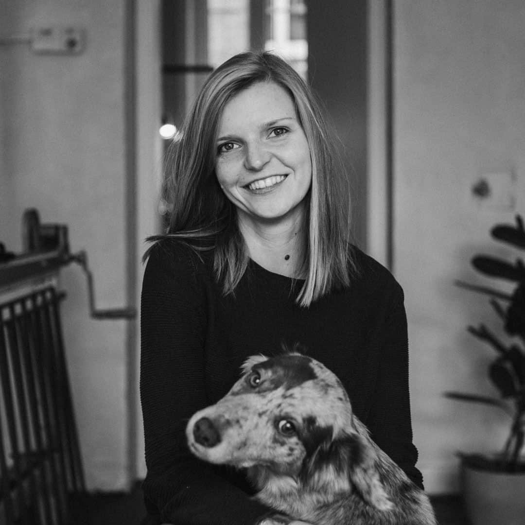 Carolin Koch mit ihrem Hund im Atelier